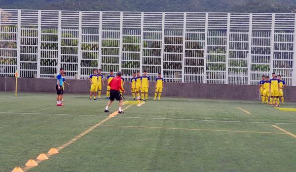 HLV Hoàng Anh Tuấn tranh thủ giờ nghỉ trưa bàn kế sách cho U18 Việt Nam trước ngày ra mắt-7