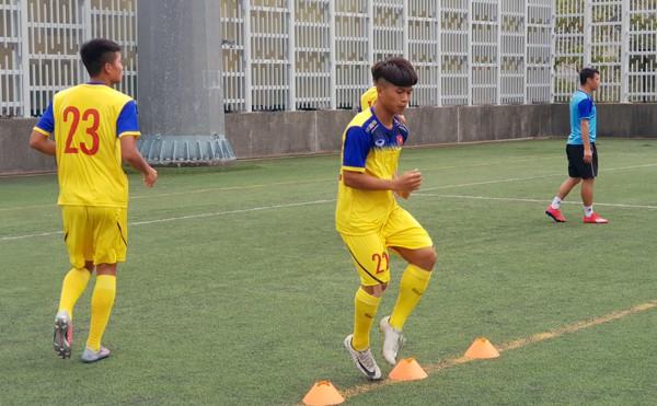 HLV Hoàng Anh Tuấn tranh thủ giờ nghỉ trưa bàn kế sách cho U18 Việt Nam trước ngày ra mắt-2