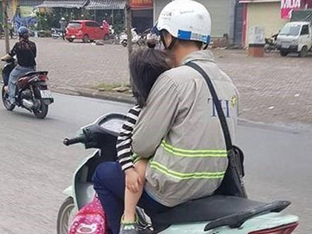 Bố đèo con nhỏ phía trước - hình ảnh khiến người đi đường