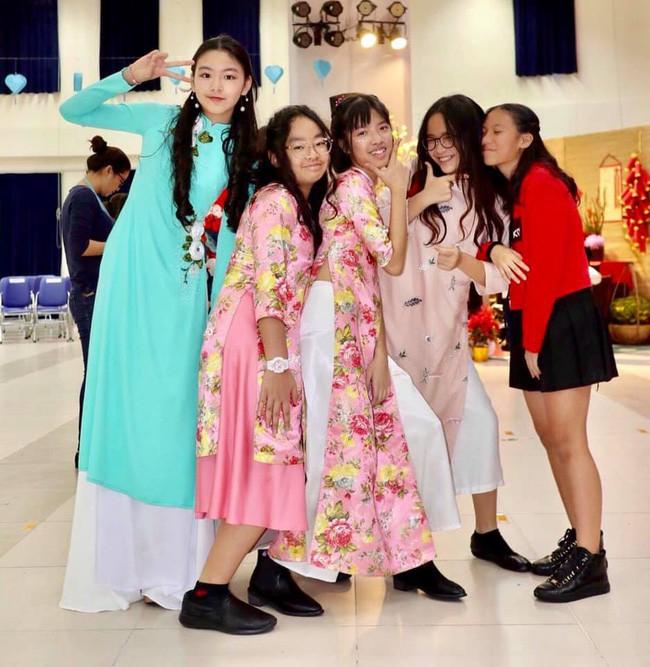 Con gái MC Quyền Linh lần đầu catwalk với áo dài, càng nhìn càng thấy thần thái của Hoa hậu tương lai-1