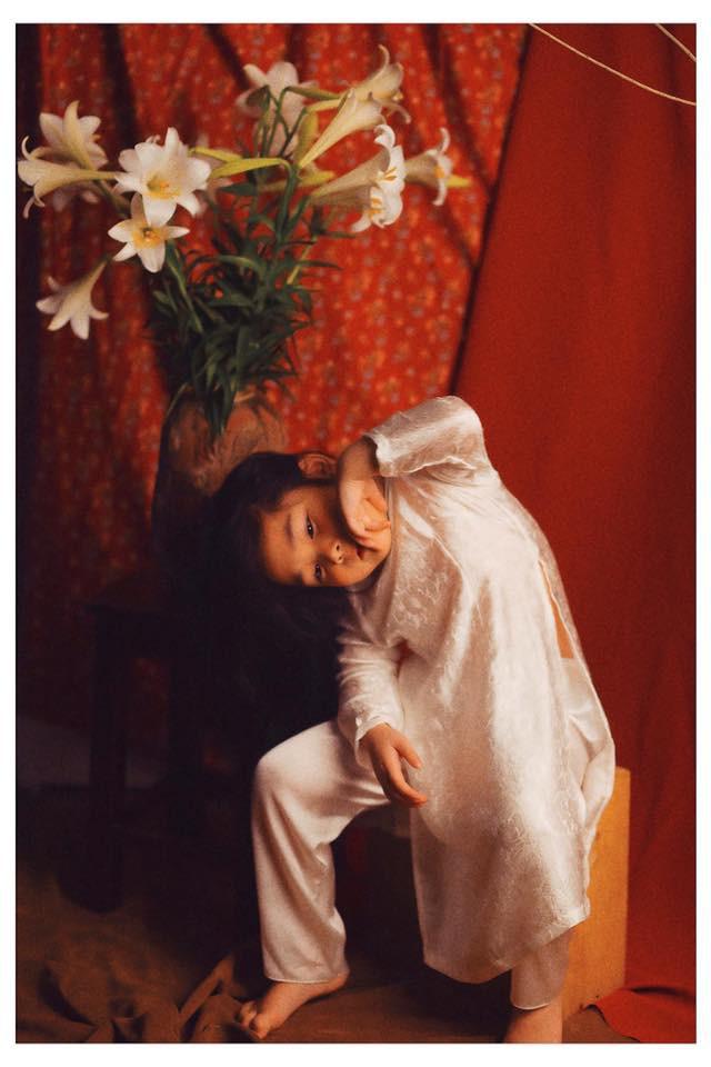 Sốt sắng lên kế hoạch cho con gái chụp bộ ảnh thiếu nữ bên hoa huệ, nhưng cái kết lại khiến mẹ trẻ khóc ròng-2