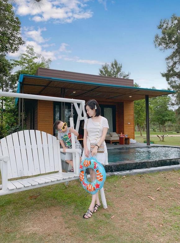 Chỉ là chụp ảnh đi nghỉ dưỡng thôi nhưng mẹ con Ly Kute lại mỗi người một vẻ như sắp sửa được lên bìa tạp chí-5