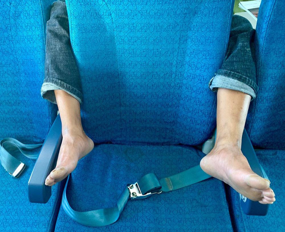 Bức ảnh 'ôm trọn vòng chân' trên máy bay khiến nhiều người phẫn nộ-1