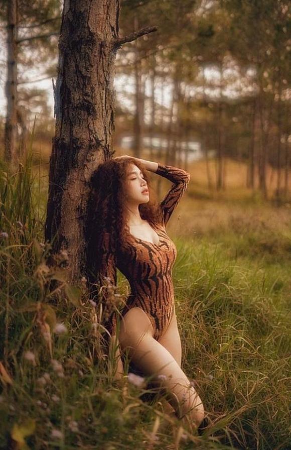 Bà mẹ 2 con Elly Trần đốt mắt với đường cong bốc lửa giữa rừng già-1