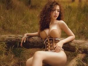 'Bà mẹ 2 con' Elly Trần đốt mắt với đường cong bốc lửa giữa rừng già
