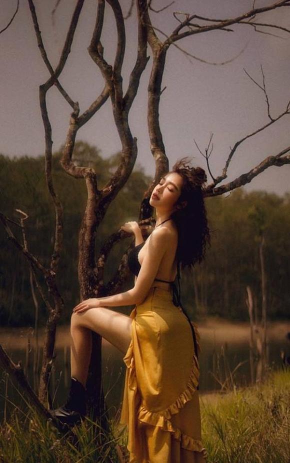 Bà mẹ 2 con Elly Trần đốt mắt với đường cong bốc lửa giữa rừng già-8