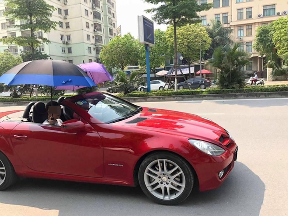 Đi Mercedes mui trần sang chảnh giữa cái nắng gần 40 độ, 2 thanh niên bật ô che tạm-1
