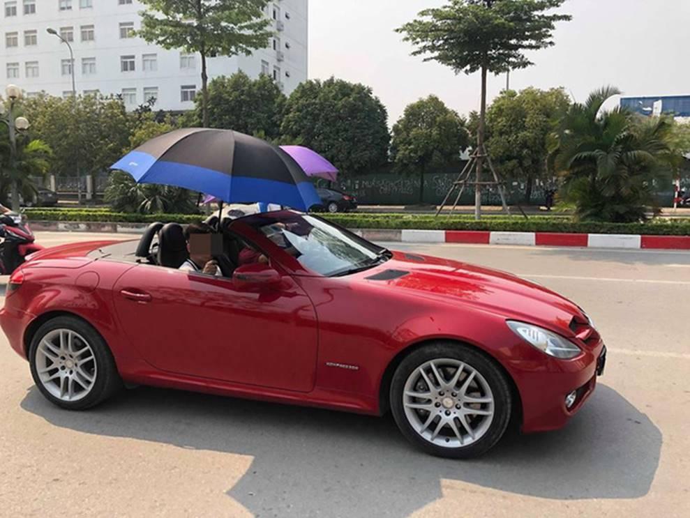 Đi Mercedes mui trần sang chảnh giữa cái nắng gần 40 độ, 2 thanh niên bật ô che tạm-2