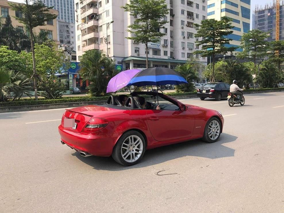 Đi Mercedes mui trần sang chảnh giữa cái nắng gần 40 độ, 2 thanh niên bật ô che tạm-3