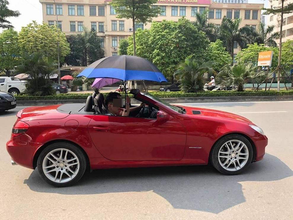Đi Mercedes mui trần sang chảnh giữa cái nắng gần 40 độ, 2 thanh niên bật ô che tạm-4