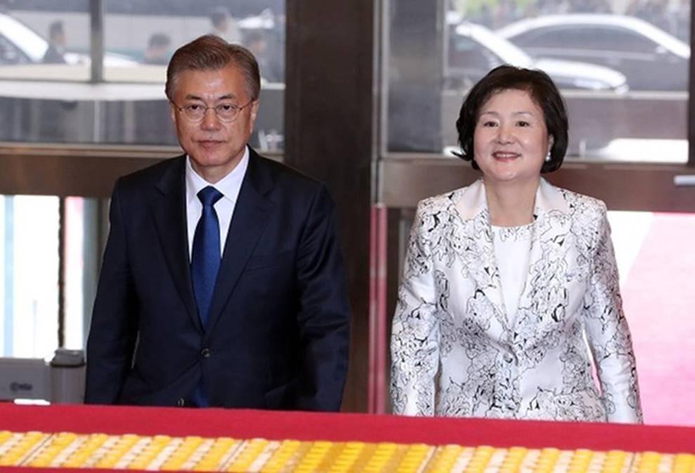 Chuyện tình chông gai của Tổng thống Hàn Quốc và nữ ca sĩ quyết từ bỏ showbiz vì chồng-1