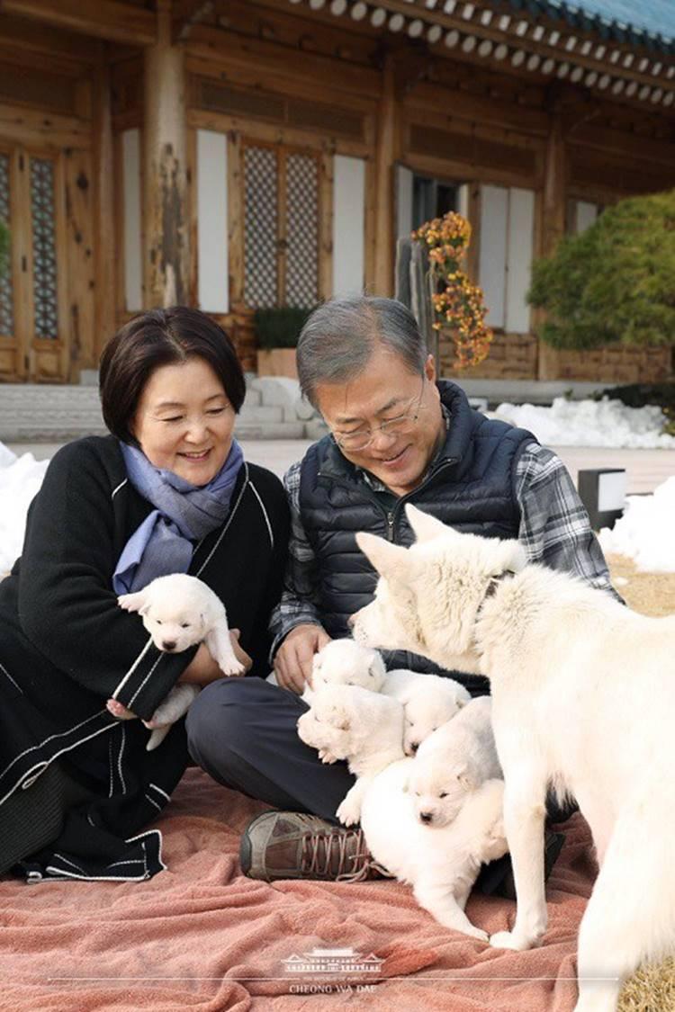 Chuyện tình chông gai của Tổng thống Hàn Quốc và nữ ca sĩ quyết từ bỏ showbiz vì chồng-7