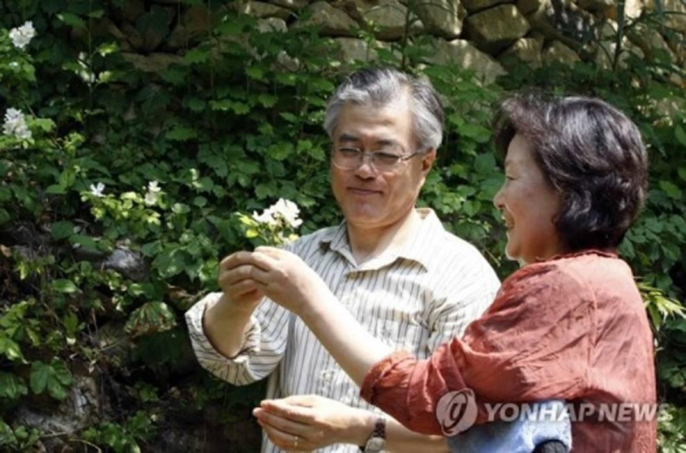 Chuyện tình chông gai của Tổng thống Hàn Quốc và nữ ca sĩ quyết từ bỏ showbiz vì chồng-8