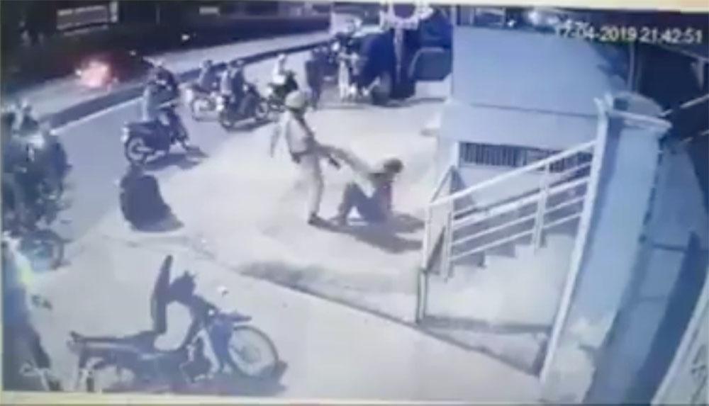 Xác minh clip CSGT dí súng, đá vào mặt 2 thanh niên ở Sài Gòn-1