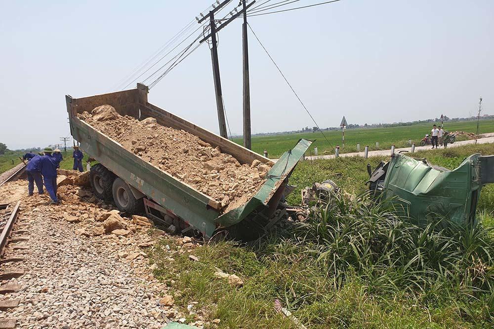 Tàu hỏa húc xe tải nát tươm, tài xế Nghệ An chết kẹt trong cabin-1