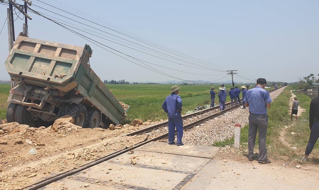 Tàu hỏa húc xe tải nát tươm, tài xế Nghệ An chết kẹt trong cabin-2