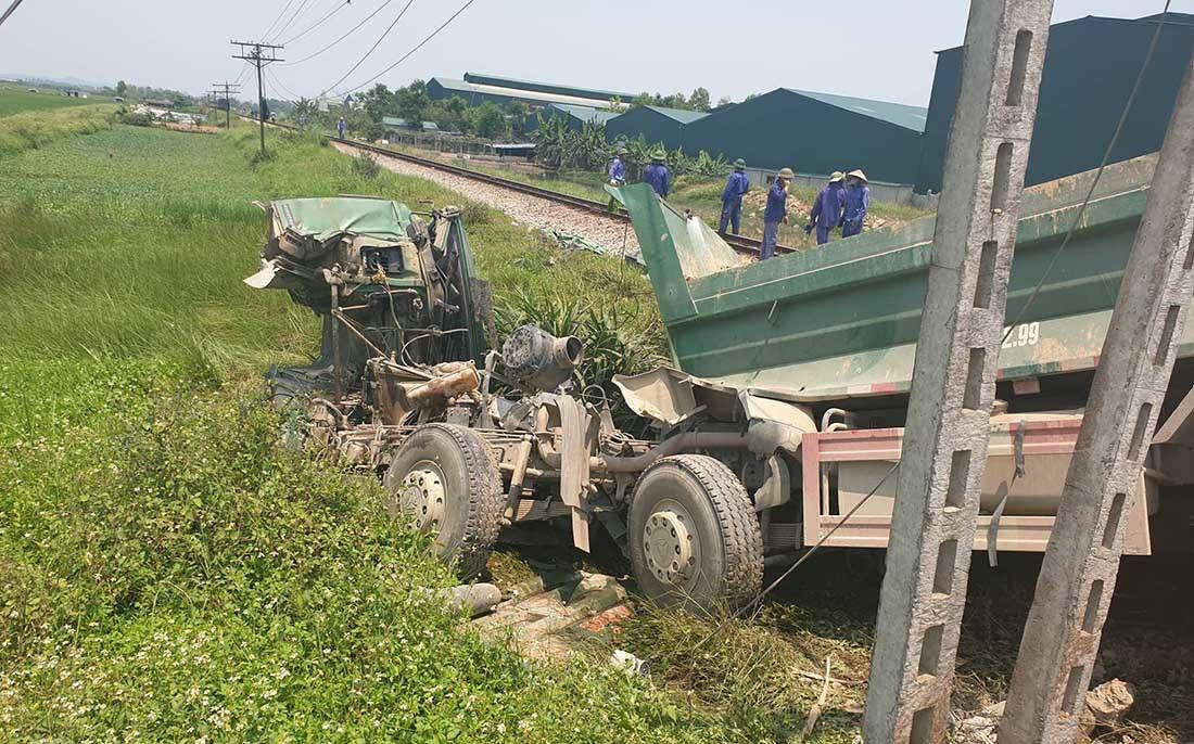 Tàu hỏa húc xe tải nát tươm, tài xế Nghệ An chết kẹt trong cabin-3