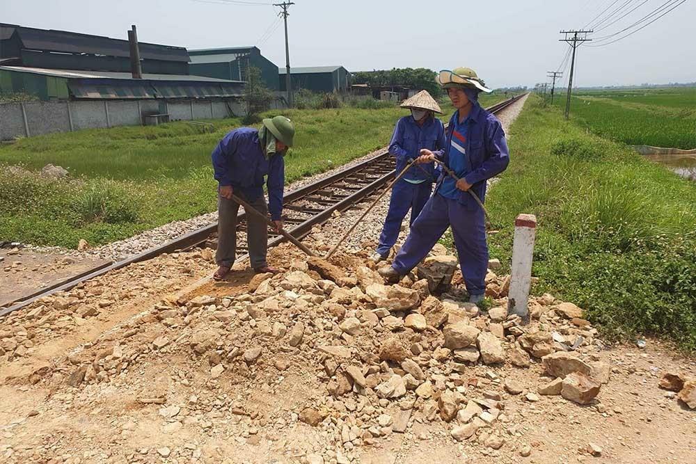 Tàu hỏa húc xe tải nát tươm, tài xế Nghệ An chết kẹt trong cabin-5