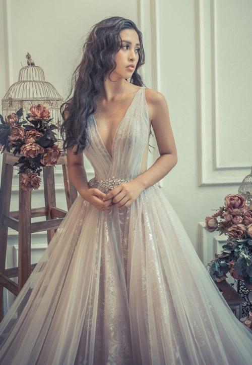 19 tuổi, Hoa hậu Tiểu Vy ngày càng chuộng phong cách gợi cảm-16