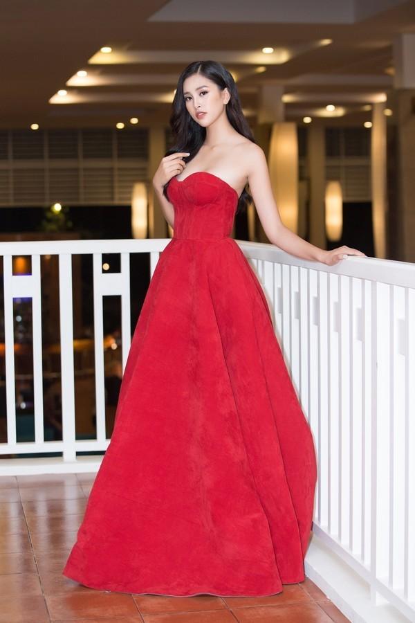 19 tuổi, Hoa hậu Tiểu Vy ngày càng chuộng phong cách gợi cảm-11
