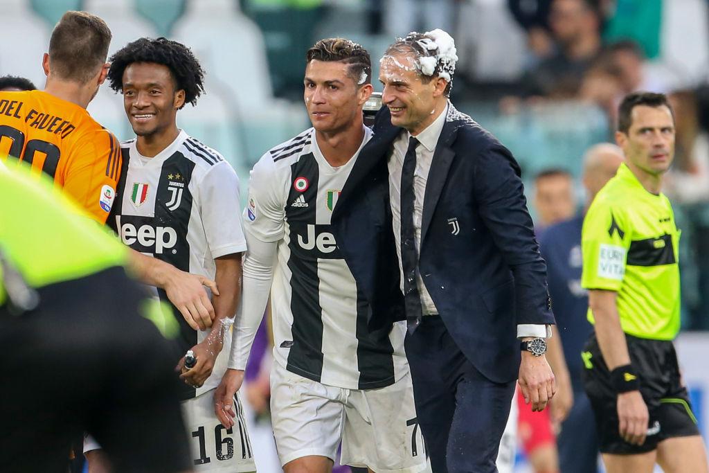 Ronaldo trở thành tâm điểm của màn ăn mừng vô địch có một không hai-9