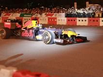 Xe đua F1 lao qua