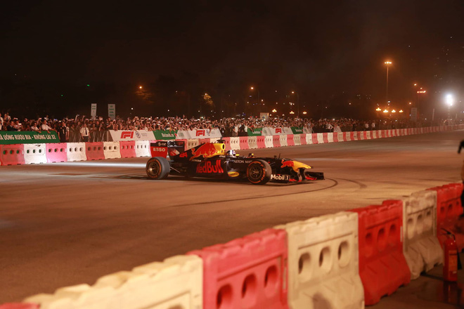 Xe đua F1 lao qua như cơn gió trước khu vực sân vận động Mỹ Đình, ngàn người hò reo-2