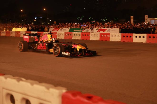 Xe đua F1 lao qua như cơn gió trước khu vực sân vận động Mỹ Đình, ngàn người hò reo-3