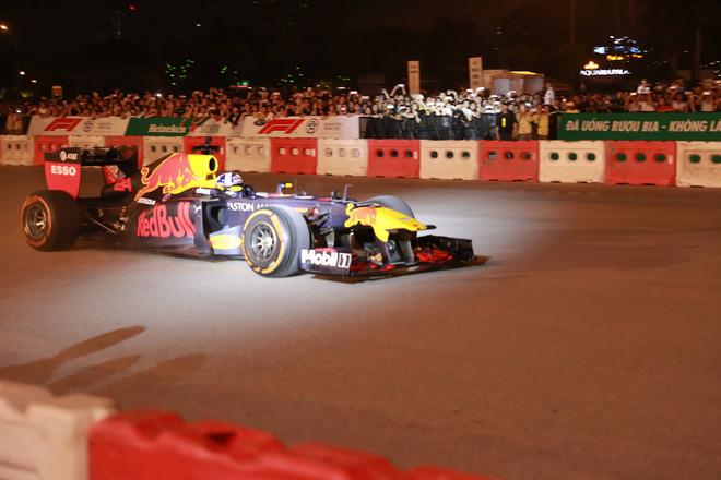 Xe đua F1 lao qua như cơn gió trước khu vực sân vận động Mỹ Đình, ngàn người hò reo-4