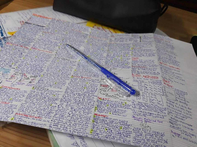 Giáo viên cho mang 1 tờ giấy ghi kiến thức vào phòng thi, sinh viên chép sương sương cũng được cả quyển sách!-4