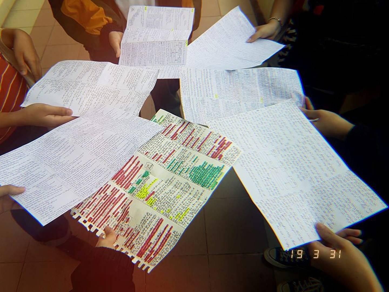 Giáo viên cho mang 1 tờ giấy ghi kiến thức vào phòng thi, sinh viên chép sương sương cũng được cả quyển sách!-7