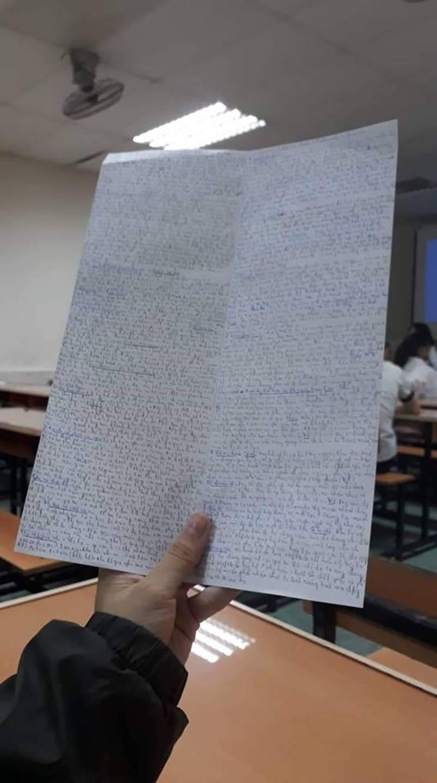 Giáo viên cho mang 1 tờ giấy ghi kiến thức vào phòng thi, sinh viên chép sương sương cũng được cả quyển sách!-8