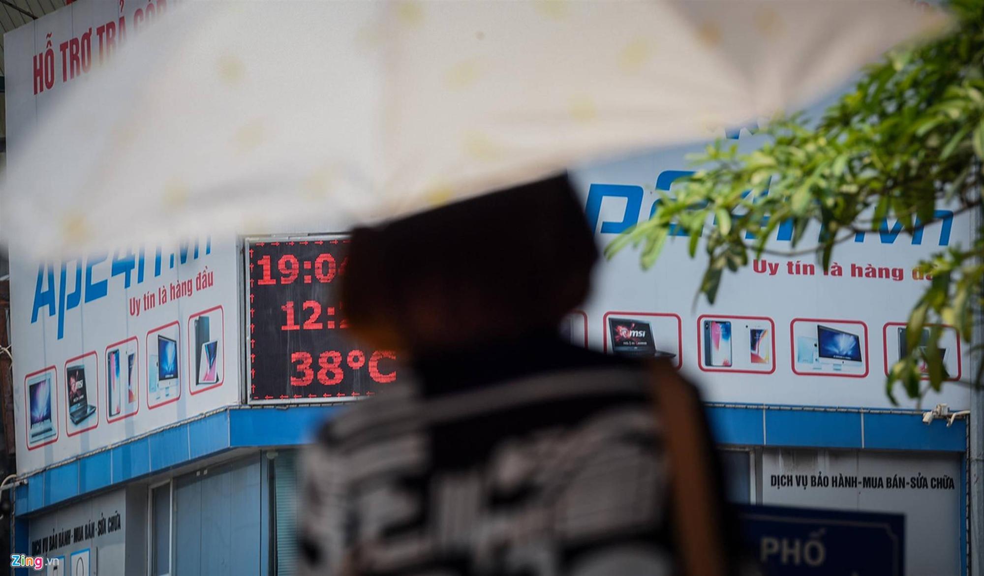 Mặt đường ở Hà Nội nóng hơn 50 độ C-1
