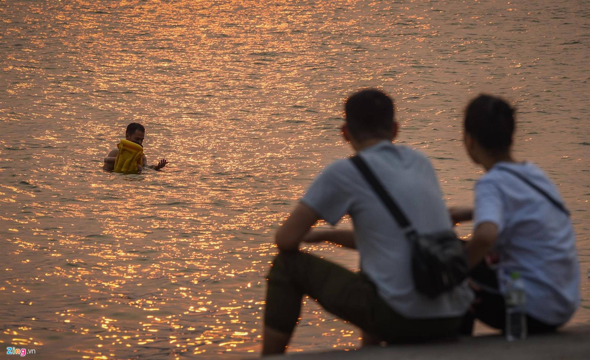 Mặt đường ở Hà Nội nóng hơn 50 độ C-11
