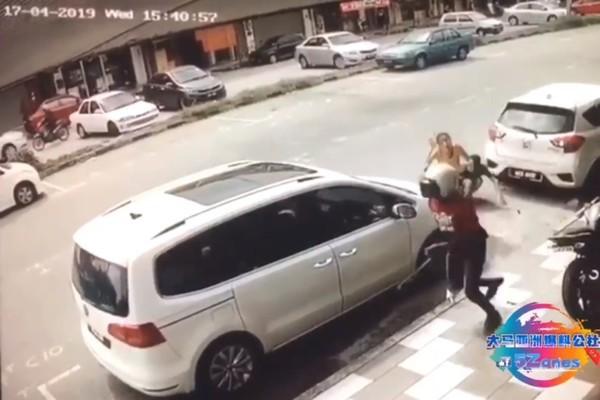 Vợ dũng cảm lao ra bảo vệ chồng khỏi kẻ biến thái tấn công bằng dao rựa giữa đường-4