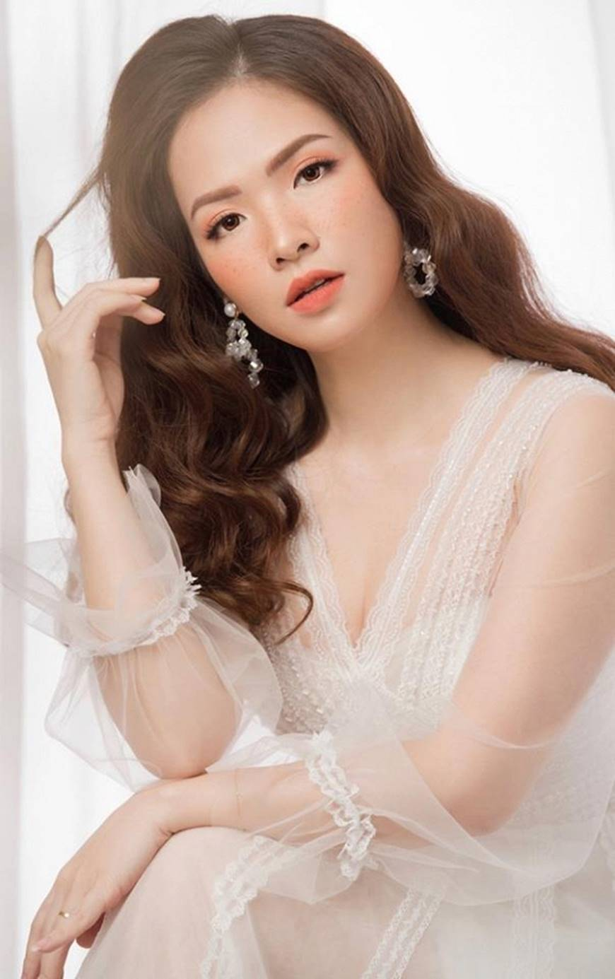 Gái hai con Đan Lê hóa công chúa mơ màng trong tà váy trắng tinh khôi-3