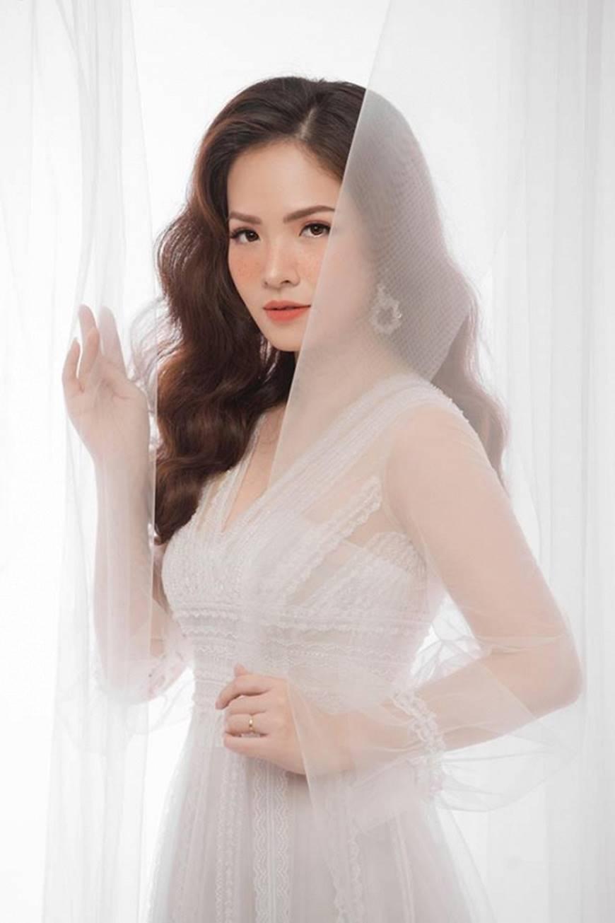 Gái hai con Đan Lê hóa công chúa mơ màng trong tà váy trắng tinh khôi-4