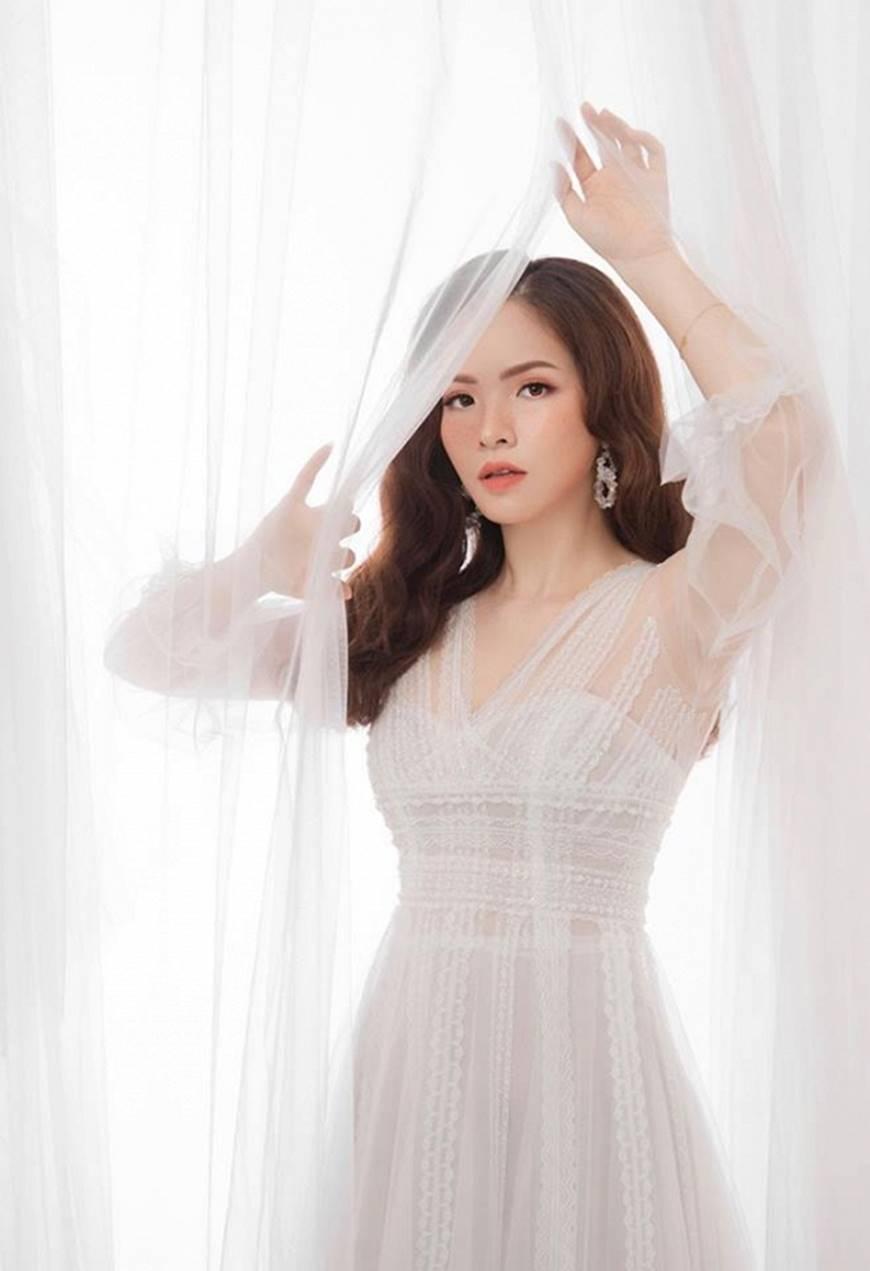 Gái hai con Đan Lê hóa công chúa mơ màng trong tà váy trắng tinh khôi-13