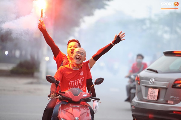 CĐV Hải Phòng đốt pháo sáng trước nhà thờ lớn Hà Nội, tạo ra khung cảnh náo loạn-5