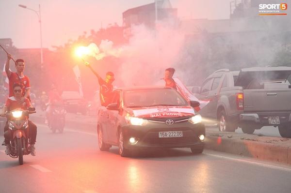 CĐV Hải Phòng đốt pháo sáng trước nhà thờ lớn Hà Nội, tạo ra khung cảnh náo loạn-6