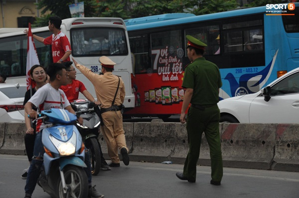 CĐV Hải Phòng đốt pháo sáng trước nhà thờ lớn Hà Nội, tạo ra khung cảnh náo loạn-7