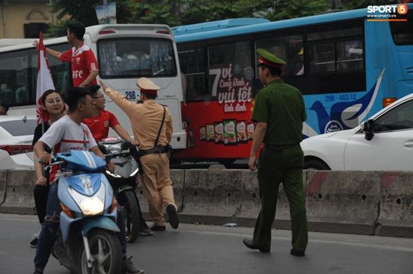 CĐV Hải Phòng đốt pháo sáng trước nhà thờ lớn Hà Nội, tạo ra khung cảnh náo loạn-4
