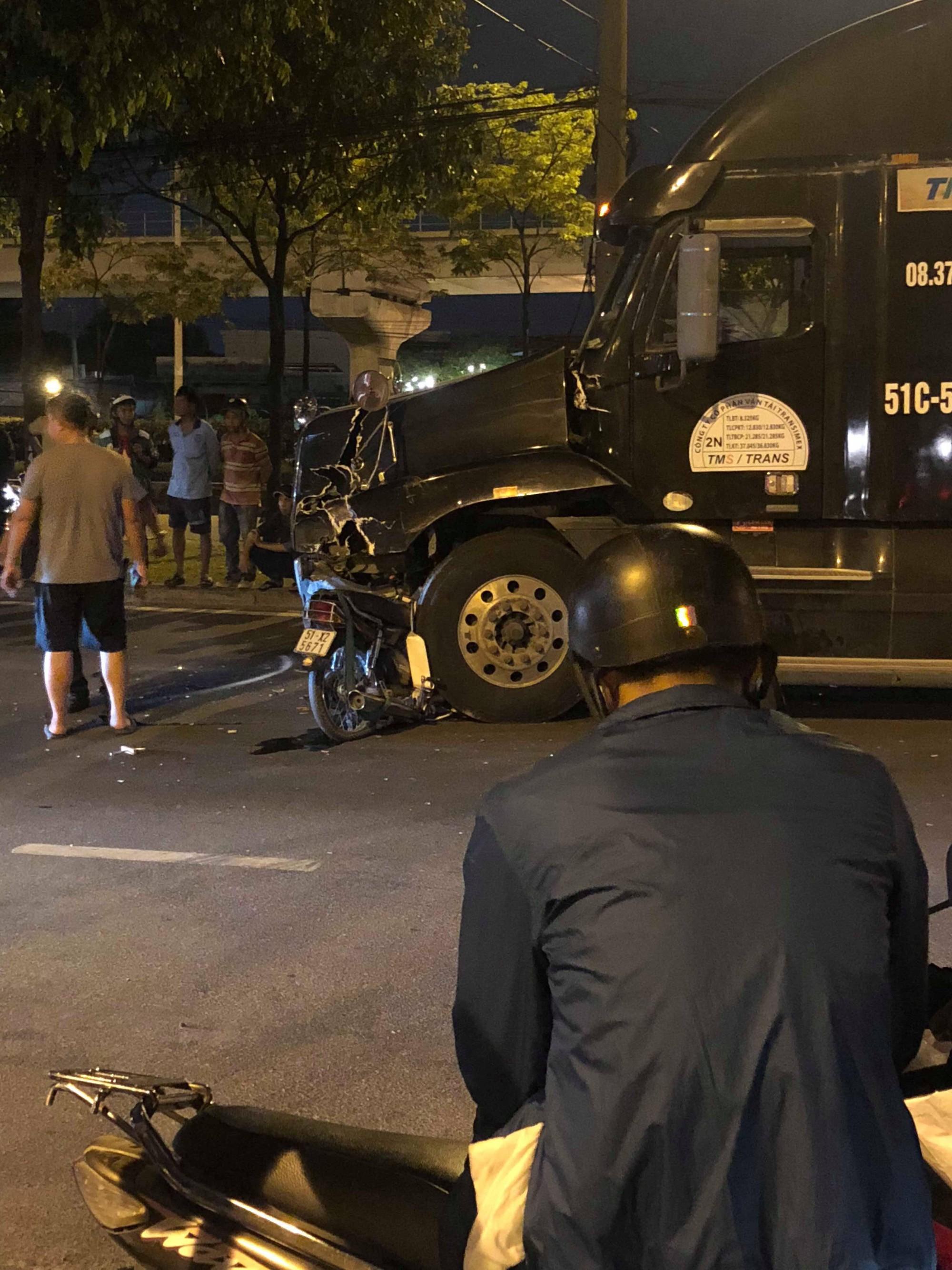 Xe máy đối đầu container ở Sài Gòn, người đàn ông tử vong-1