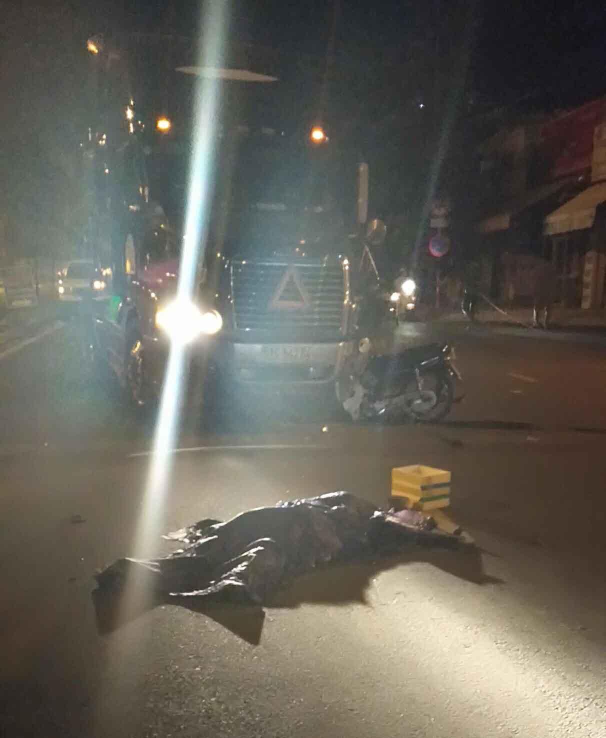 Xe máy đối đầu container ở Sài Gòn, người đàn ông tử vong-2