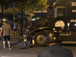 Cưa ô tô con đưa thi thể 2 nạn nhân ra ngoài sau cú tông của xe giường nằm-2