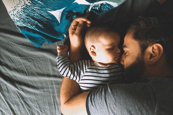 Bố mẹ vô tình ngủ thiếp đi, đến khi tỉnh dậy thì chết lặng vì thấy con mình đã ra đi từ lúc nào trong vòng tay của bố-1
