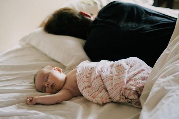 Bố mẹ vô tình ngủ thiếp đi, đến khi tỉnh dậy thì chết lặng vì thấy con mình đã ra đi từ lúc nào trong vòng tay của bố-2