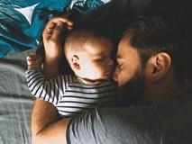 Bố mẹ vô tình ngủ thiếp đi, đến khi tỉnh dậy thì chết lặng vì thấy con mình đã ra đi từ lúc nào trong vòng tay của bố
