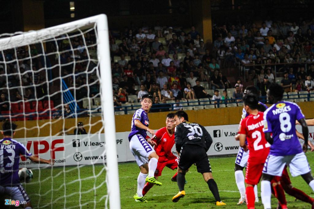 Cầu thủ Hải Phòng suýt dính pháo sáng khi ăn mừng bàn thắng-1
