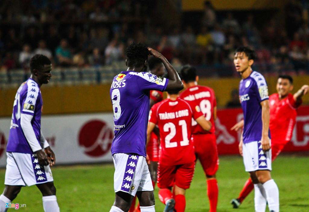 Cầu thủ Hải Phòng suýt dính pháo sáng khi ăn mừng bàn thắng-2